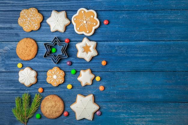 Leckere hausgemachte weihnachtsplätzchen auf farbiger holzoberfläche