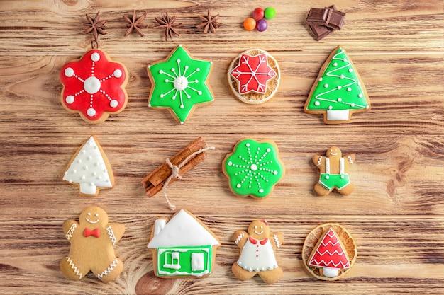 Leckere hausgemachte weihnachtsplätzchen auf holzuntergrund