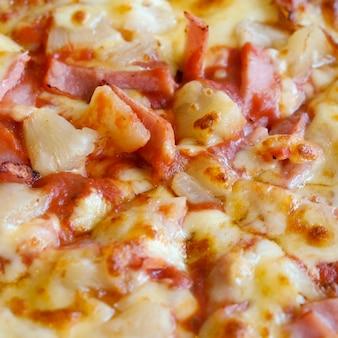 Leckere hawaiianische pizza im landhausstil mit frischen ananas, schinken und mozzarella
