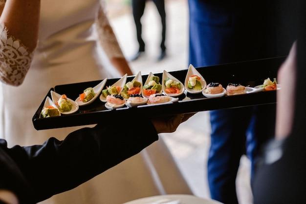 Leckere hochzeitsaperitifs serviert von den kellnern den gästen