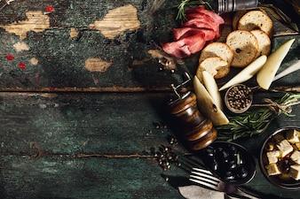 Leckere italienische griechische mediterrane Lebensmittel Zutaten Draufsicht auf grüne alte rustikale Tabelle oben