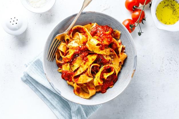 Leckere italienische pizza mit tomatensauce und parmesan