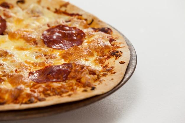 Leckere italienische pizza serviert auf pizzatablett