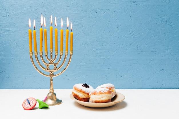 Leckere jüdische süßigkeiten mit menora