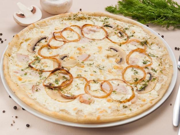 Leckere julienne-pizza mit hähnchenfilet-zwiebel-pilz-sahne und käse