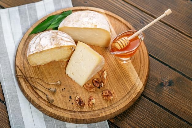 Leckere käse, honig und nüsse.