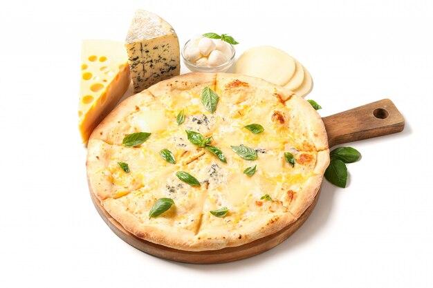 Leckere käsepizza auf holzbrett und zutaten lokalisiert auf weißem hintergrund