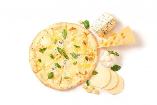 Leckere käsepizza und zutaten lokalisiert auf weißem hintergrund