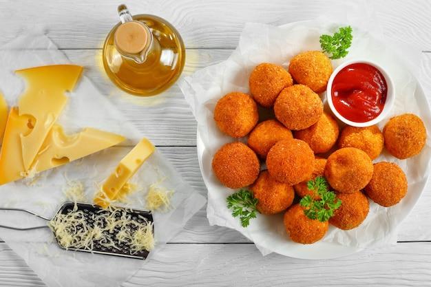 Leckere kartoffelkroketten mit geriebenem mozzarella-käse, gewürzt mit gewürzen