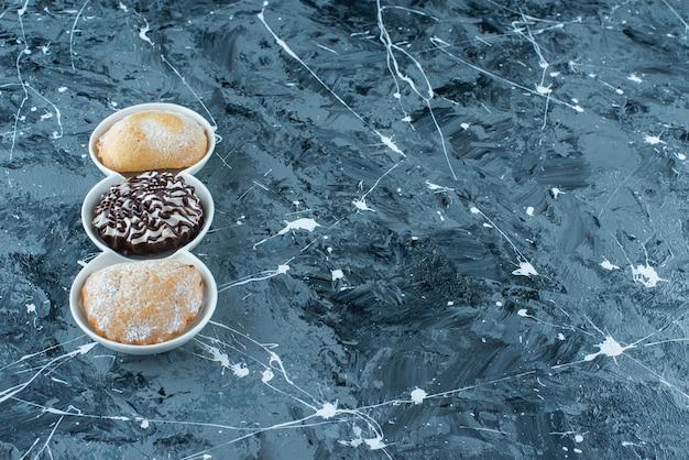 Leckere kekse auf einem teller auf dem blauen tisch.