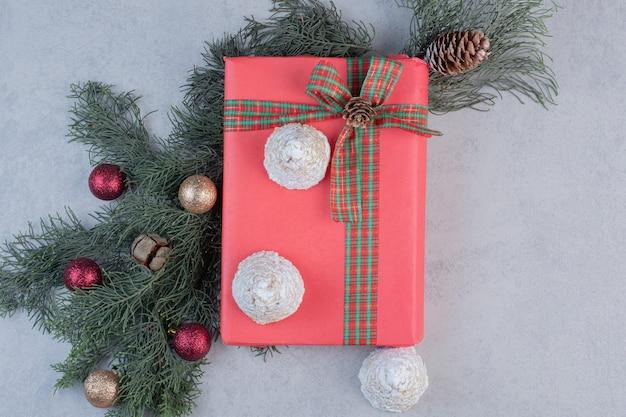 Leckere kekse auf geschenkbox mit weihnachtskugeln.