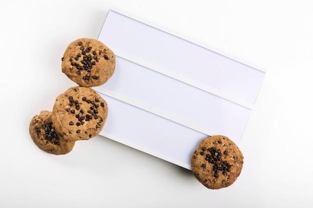Leckere kekse auf weißem brett