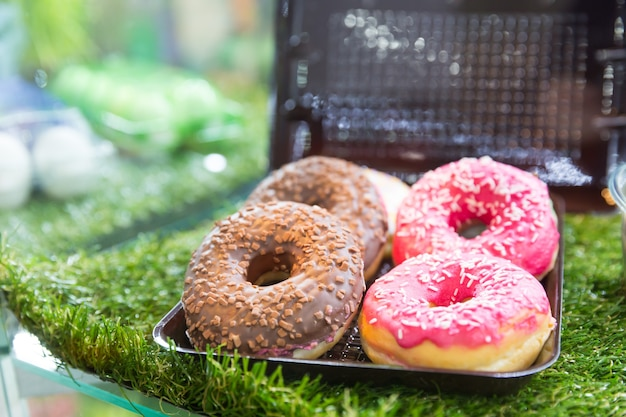 Leckere kekse im plastikbehälter auf dem gras
