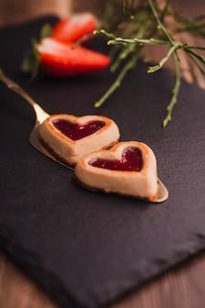 Leckere Kekse in Form von Herzen