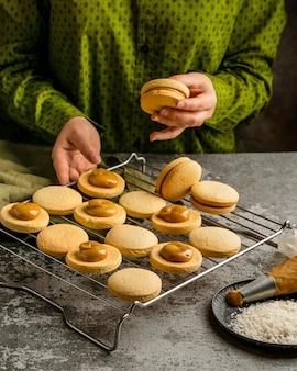 Leckere kekse mit cremefarbenem high angle