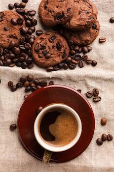 Leckere kekse mit einer tasse kaffee