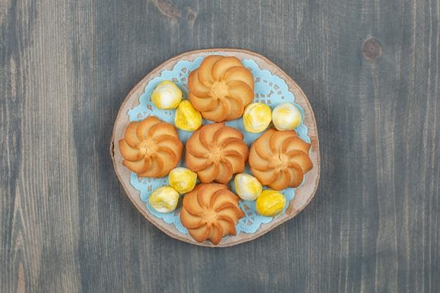 Leckere kekse mit gelben süßen bonbons