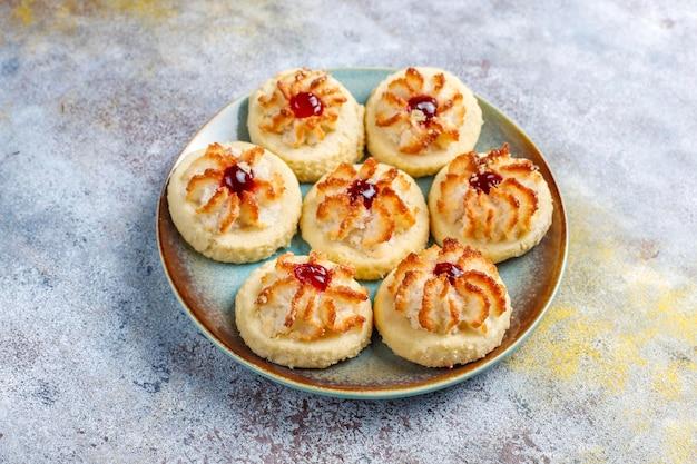 Leckere kekse mit himbeermarmelade und frischen himbeeren.