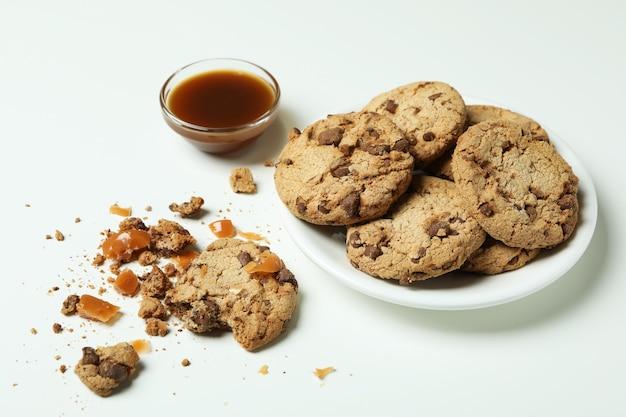 Leckere kekse mit karamell auf weißem hintergrund
