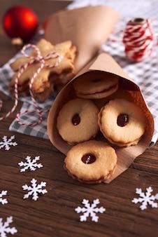 Leckere kekse mit marmelade zu weihnachten