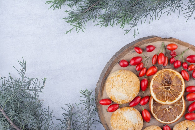 Leckere kekse mit orangenscheiben und hagebutten.
