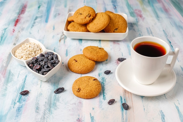 Leckere kekse mit rosinen und haferflocken, draufsicht