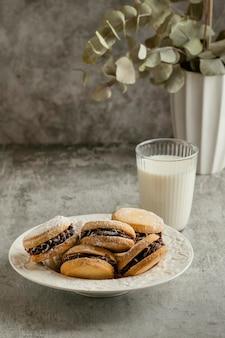 Leckere kekse mit schokoladenfüllung und milch