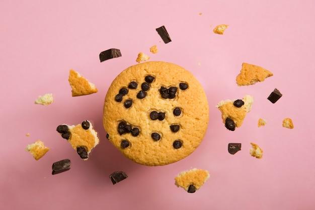 Leckere kekse mit schokoladenstückchen auf farbigem hintergrund