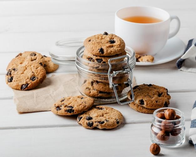 Leckere kekse und eine tasse tee auf dem tisch