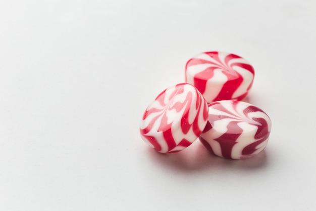 Leckere kleine süßigkeiten auf weißer tabelle