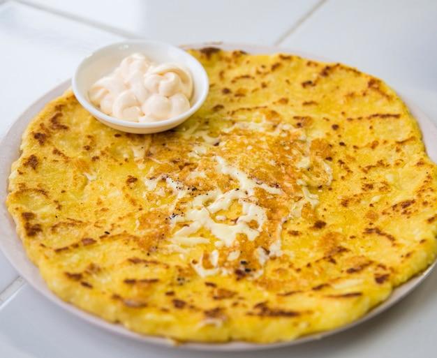 Leckere köstliche käsige tortilla mit sahne