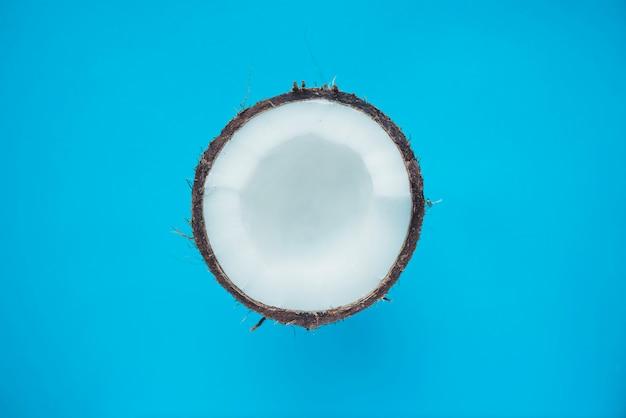 Leckere kokosnuss auf blauer oberfläche