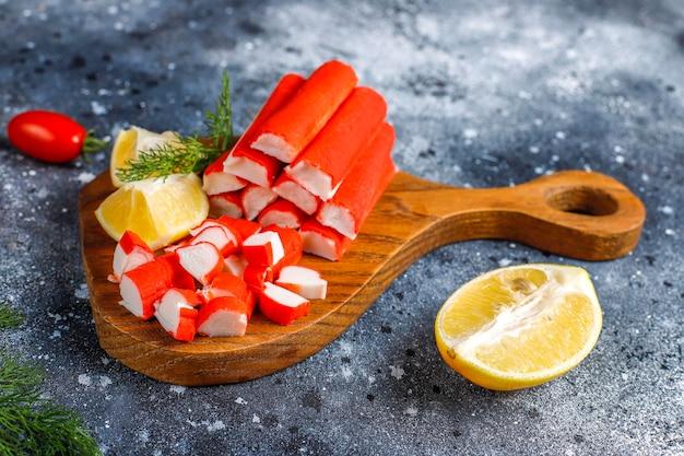 Leckere krabbenstangen zum essen vorbereitet.