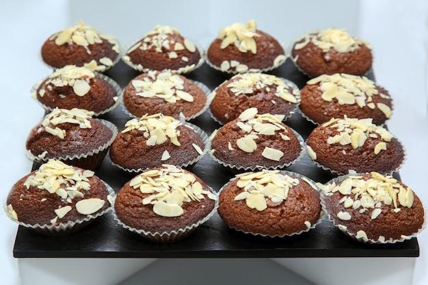 Leckere kuchen cupcakes auf dem tisch