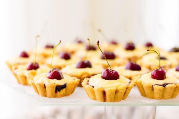 Leckere kuchen mit kirschen. ausgezeichnetes dessert für den urlaub