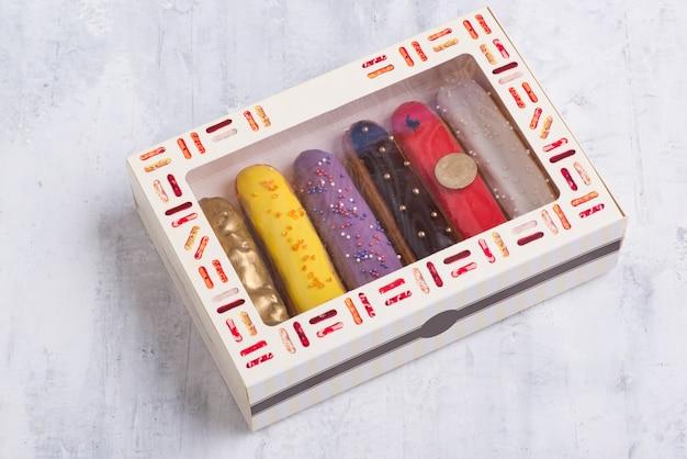 Leckere kuchen mit zuckerguss in einer geschenkbox