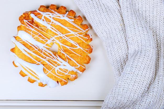 Leckere kuchenschokoladenkuchen auf einer schönen tabelle.