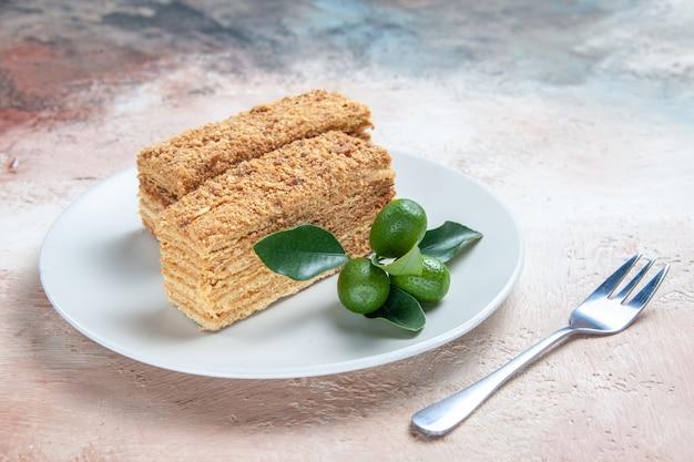 Leckere kuchenstücke honigkuchen auf hellem boden