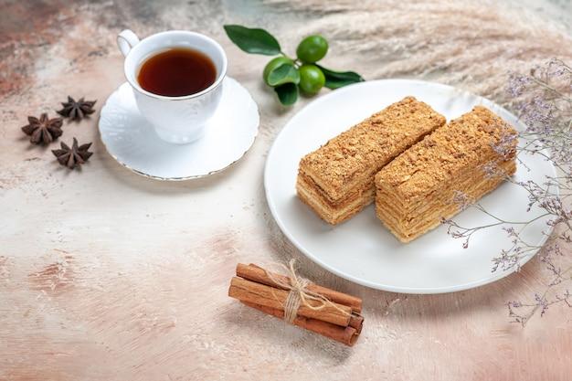 Leckere kuchenstücke mit tee auf grau