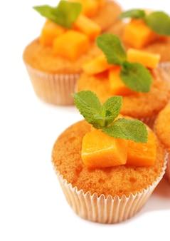 Leckere kürbis-muffins, isoliert auf weiß