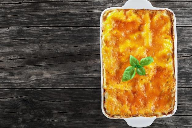 Leckere lasagne mit nudelblättern und bolognese-ragout