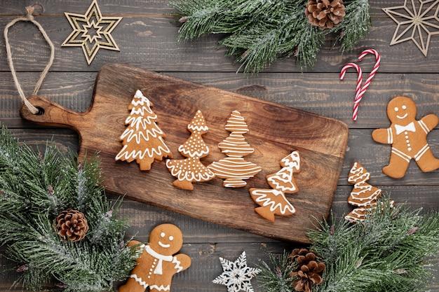 Leckere lebkuchen und weihnachtsdekor auf holzhintergrund. Premium Fotos