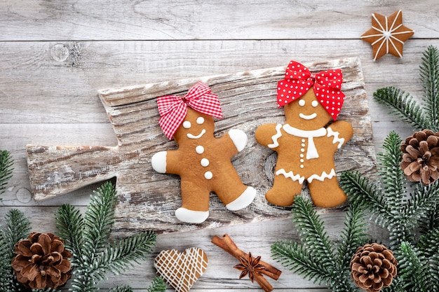 Leckere lebkuchen und weihnachtsdekor auf holzhintergrund.