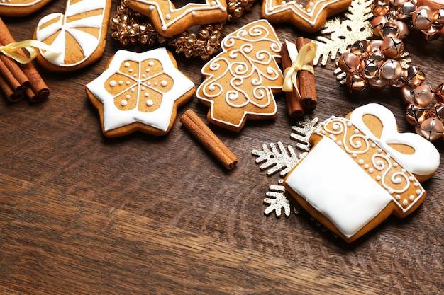 Leckere lebkuchen und weihnachtsdekor auf holzoberfläche, nahaufnahme
