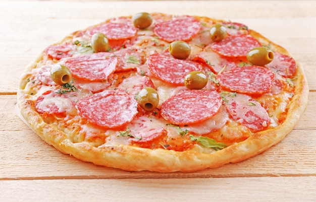 Leckere leckere pizza auf dem tisch