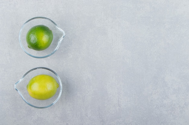Leckere limettenfrüchte in glasschalen