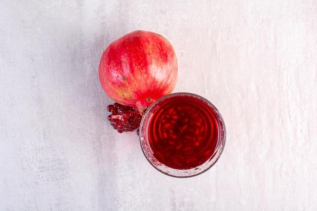 Leckere limonade mit granatapfel auf weißem hintergrund. foto in hoher qualität