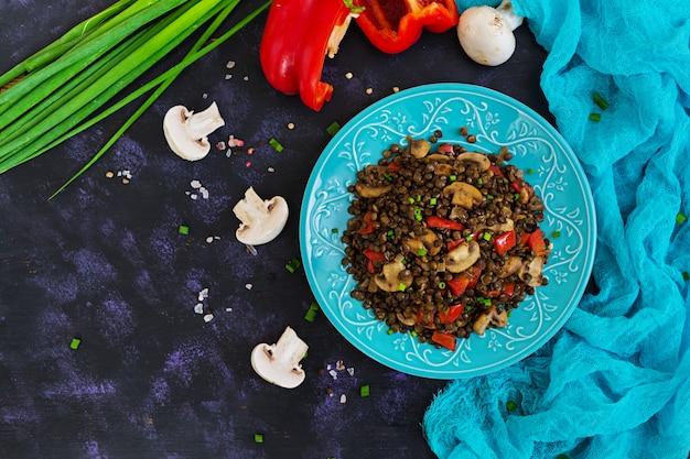 Leckere linsen mit pfeffer und champignons
