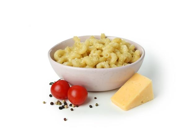 Leckere makkaroni und käse isoliert auf weißem hintergrund