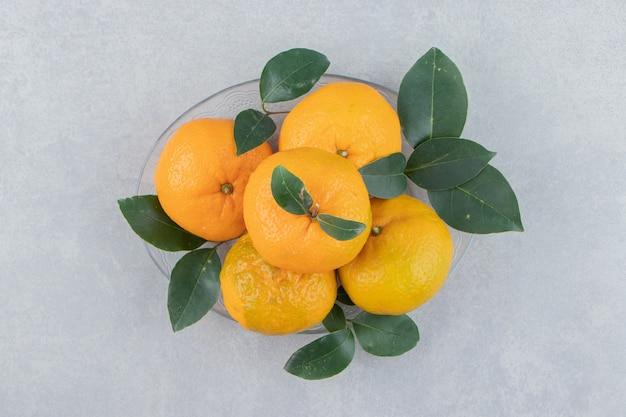 Leckere mandarinenfrüchte auf glasplatte